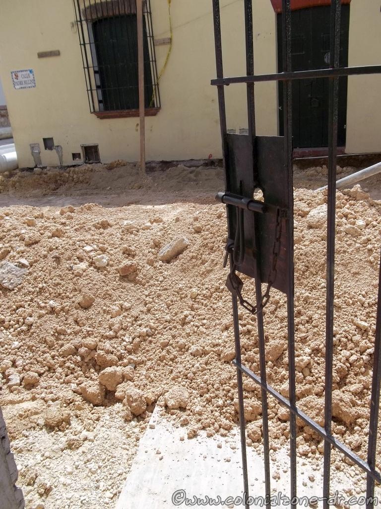 Renovada Ciudad Colonial. Dirt in front of my door.