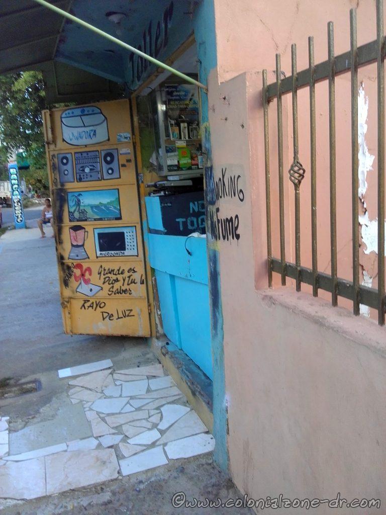 Electrónica Rayo De Luz on Calle José Lebrón Morales and Calle Olegario Vargas, Los Molinos, Santo Domingo Este.