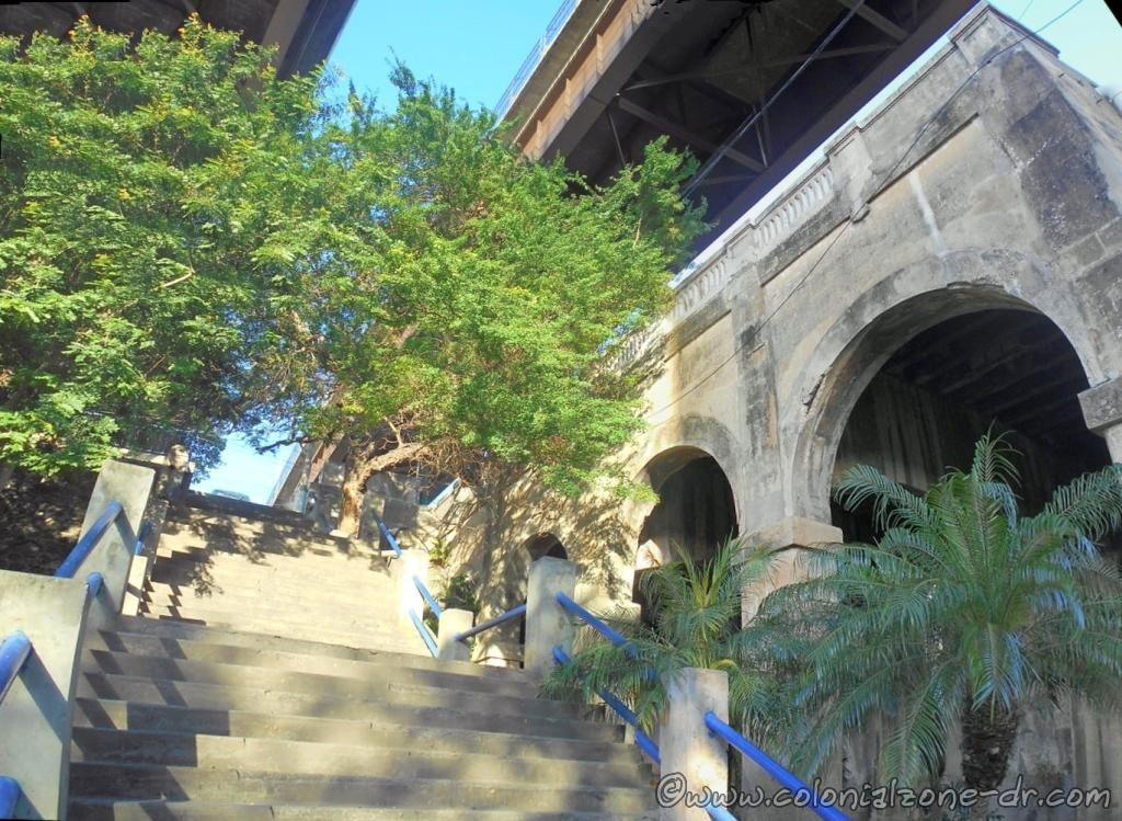 Panoramic view of the steep stairs from Seabord to Avenida Francisco Alberto Caamaño Deñó under the Puente Ramón Matías Mella