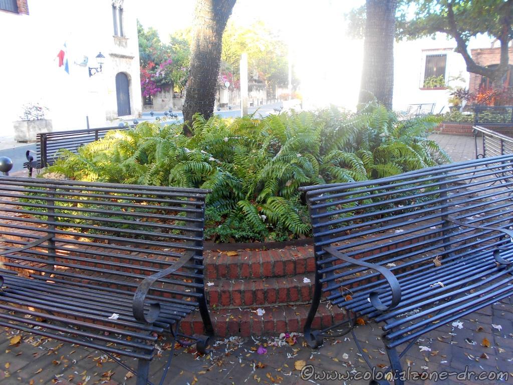 Plazoleta Padre Billini empty benches